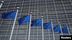 在欧盟布鲁塞尔总部大厦外飘扬的欧盟旗帜。(2018年3月8日)