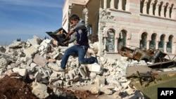 29일 시리아 아자즈의 부서진 군 탱크에서 뛰어 내리는 어린이. 시리아에서는 휴전 합의에도 정부군과 반군의 교전이 계속되고 있다.