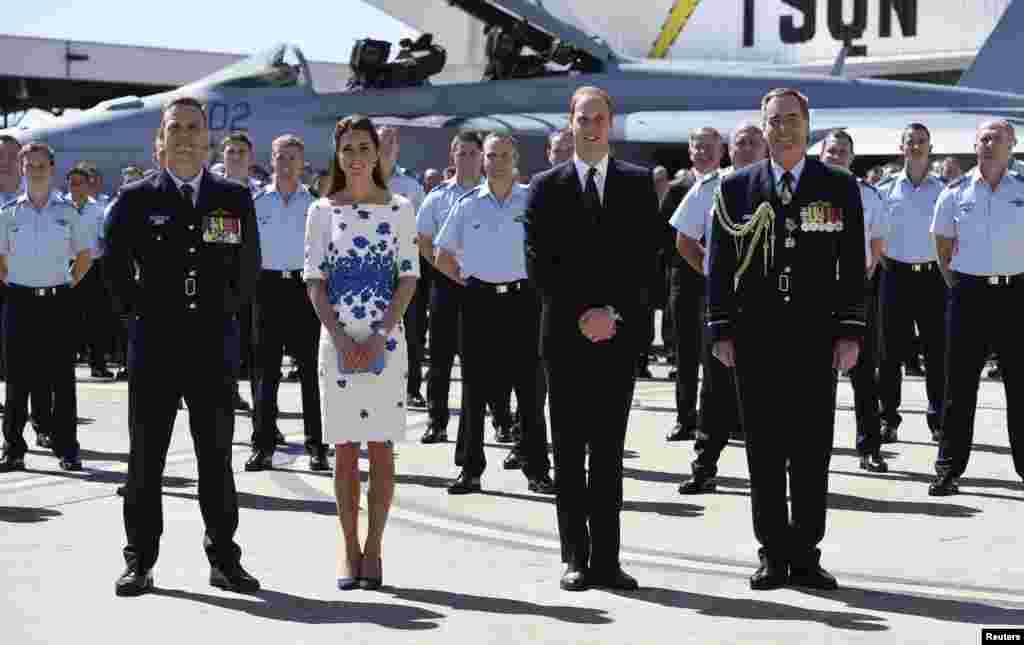برطانیہ کےشہزادہ ولیم اور ان کی اہلیہ شہزادی کیتھرین اپنے بیٹے جارج کے ہمراہ نیوزی لینڈ اور آسٹریلیا کے 19 روزہ دورے پر ہیں۔