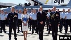 Pangeran William (depan, dua dari kanan) dan istrinya Catherine, Duchess of Cambridge, diapit oleh Kepala Angkatan Udara Australia Geoff Brown (kanan) and Komando Skuadron Angkatan Udara Nomer 1 Australia Stephen Chappell, di Pangkalan Angkatan Udara Amberley, Brisbane (19/4).