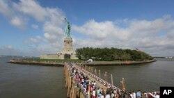 Para pengunjung menuju Pulau Liberty di New York, yang termasuk salah satu tempat wisata milik pemerintah yang ditutup mulai Selasa (1/10) karena penghentian operasi pemerintah. (Foto: Dok)