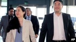 被控饿死养女的华裔夫妇离卡返美