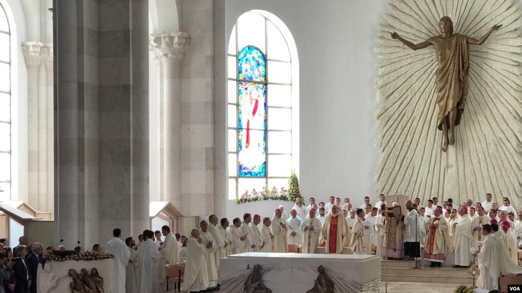 """Shugurohet katedralja """"Nënë Tereza"""" në Prishtinë"""