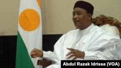 Le président du Niger Mahamadou Issoufou discute avec la chancelière allemande Angella Merkel lors de la visite de celle-ci à Niamey, Niger, 10 octobre 2016. (VOA/Abdoul-Razak Idrissa)