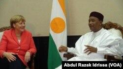 Le président du Niger Mahamadou Issoufou lors de la visite de la chancelière allemande à Niamey, Niger, 10 octobre 2016. VOA/. Abdoul-Razak Idrissa