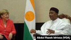 Le président du Niger Mahamadou Issoufou, à droite, discute avec la chancelière allemande Angella Merkel, à gauche, lors de la visite de celle-ci à Niamey, Niger, 10 octobre 2016. VOA/. Abdoul-Razak Idrissa