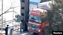 一名中国武警在鸭绿江友谊桥上查看一辆挂着朝鲜车牌的卡车。 (资料照片)