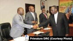 Ministre ya yambo Sylvestre Ilunga Ilunkamba (D) azali kopesa mbote na ba ministres bayike na bokutani na mokambi ya mibale ya Banque centrale, Kinshasa, 3 octobre 2019. (Primature RDC)