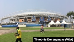 Vue du stade de l'Amitié de Libreville, Gabon, 14 janvier 2016. (VOA/Timothée Donangmaye)