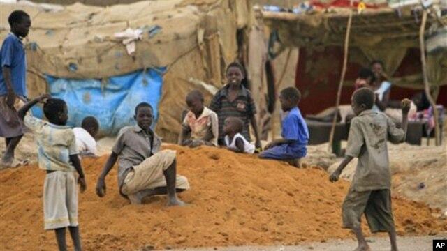 Watoto wakicheza nje ya kambi yao huko Sudan Kusini