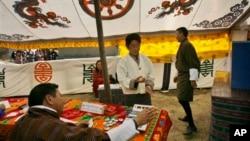 Một cử tri bỏ phiếu trong cuộc bầu cử ở Bhutan (ảnh tư liệu).