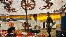 Suasana tempat pemungutan suara dalam pemilihan umum di Bhutan pada 2008. (Foto: Dok)