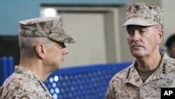 Afganistan'daki NATO kuvvetleri komutanı Orgeneral Joseph Dunford (sağda), kendisinden önceki komutan Org. John Allen'la