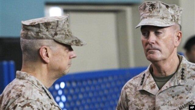 Jenderal John Allen (kiri) melakukan serah terima Komado Pasukan NATO di Afghanistan kepada Jenderal Marinir Joseph Dunford di Kabul Afghanistan hari Minggu (10/2).