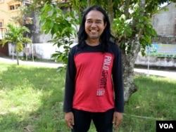 Slamet, seniman lukis yang sempat ditolak tinggal di dusun Karet Kecamatan Pleret Bantul, Daeah Istimewa Yogyakarta karena ia menganut agama Katholik sementara warga setempat semua beragama Islam. (foto: VOA/Munarsih Sahana).