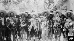 墨西哥将军弗朗西斯科.潘乔.维拉(右三)与他的部下