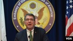 美国国防部常务副部长阿什顿•卡特2013年3月18日在韩国首尔美国大使馆中心的新闻记者会发表讲话