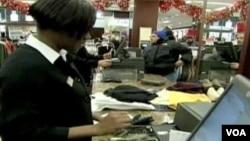 美國一些節日購物者減少開銷。