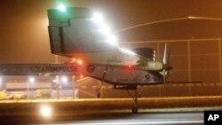 Pesawat eksperimental bertenaga surya, Solar Impulse, melakukan pendaratan di bandara Rabat, Maroko (5/6) setelah menyelesaikan penerbangan selama 19 jam dari Madrid.