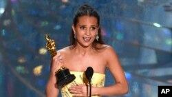 خانم ویکاندر سال گذشته جایزه بهترین بازیگر مکمل را برای فیلم «دختر دانمارکی» دریافت کرده بود.