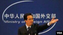 Juru Bicara Kementerian luar negeri Hong Lei menjawab pertanyaan wartawan mengenai dialog HAM dengan AS di Beijing, Rabu (27/4).