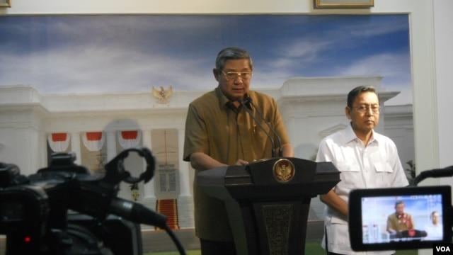 Presiden Susilo Bambang Yudhoyono memberikan keterangan pada pers didampingi Wakil Presiden Boediono. (VOA/Andylala Waluyo)