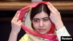 Malala Yousafzai yatsindiye agashimwe ka Nobel ariko arafunga igitambara mu mutwe yitegurira gutanga ikiganiro n'abamenyeshamakuru i Islamabad, muri Pakistani, itariki 30/03/2018.