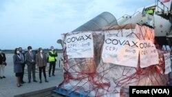 Vakcine Astra Zeneka iz Kovaks programa stigle na beogradski aerodrom, foto Fonet