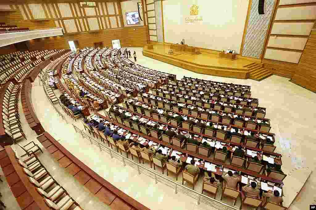 缅甸议员出席下议院会议。