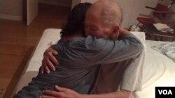 Phạm Đoan Trang đến thăm nhà giáo Phạm Toàn. (Hình: Trang Facebook của Phạm Đoan Trang)