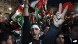 Người dân Palestine ăn mừng vì kết quả biểu quyết của Đại Hội Đồng Liên Hiệp Quốc, 29/11/2012. (AP Photo/Majdi Mohammed)