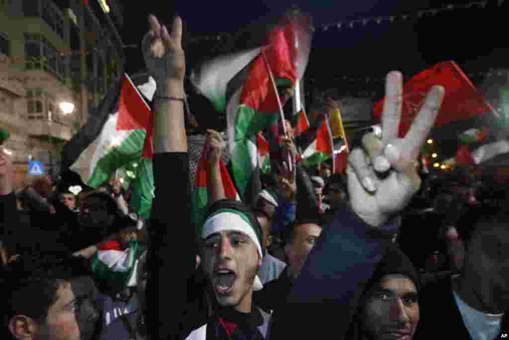 29일 팔레스타인을 옵서버 국가로 격상하는 결의안이 통과된 후 기뻐하는 웨스트 뱅크 지역의 팔레스타인인들.