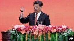 中国国家主席习近平在北京庆祝日本投降70周年的招待会上祝酒。