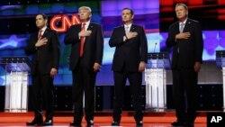 10일 미국 플로리다 주에서 열린 공화당 대선 TV 토론회에 참석한 경선 후보들이 토론회에 앞서 국가가 연주되는 동안 가슴에 손을 올리고 있다.