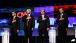 Các ứng cử viên Đảng Cộng hòa (từ trái sang) Thượng nghị sĩ bang Florida Marco Rubio, Donald Trump, Thượng nghị sĩ bang Texas Ted Cruz, và Thống đốc bang Ohio John Kasich đứng cùng nhau trong lúc cử quốc thiều, trước cuộc tranh luận tại Đại học Miami, ngày 10 tháng 3, 2016.