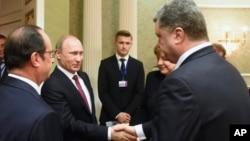 Presiden Rusia Vladimir Putin berjabat tangan dengan Presiden Ukraina, Petro Poroshenko di Minsk, Belarus (foto: dok).