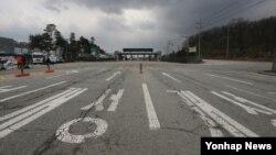 개성공단 조업중단 사태가 22일로 50일째를 맞았다. 경기도 파주시 경의선 남북출입사무소에서 개성공단으로 향하는 도로.