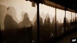 Berlin'de sığınma başvurusu yapmak için bekleyen mülteciler bir çadırın içinde ısınmaya çalışıyor