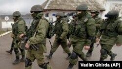 Проросійські військові поблизу української бази в Перевальному, Крим, 2014 рік