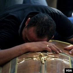 Seorang warga Kristen Koptik Mesir meratapi kematian anggota keluarganya dalam bentrokan di Kairo, Minggu malam (9/10).