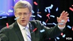Pimpinan Partai Konservatif PM Kanada Stephen Harper, dielu-elukan oleh para pendukungnya di Calgary, Alberta (2/5). Partai Konservatif memenangkan mayoritas kursi di Majelis rendah.