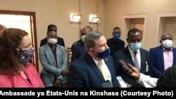 Ntoma ya Etats-Unis na Kinshasa Mike Hammer azali koyanola na bapanzi sango na Mbandaka, Equateur, 7 septembre 2020. (Twitter/Ambssade ya Etats-Unis)
