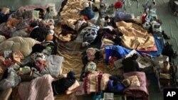 학교체육관에 수용된 이재민들