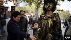 Cộng đồng địa phương phát các bao cao su đánh dấu Ngày bệnh AIDs thế giới tại Thượng Hải, Trung Quốc, ngày 1/12/2011