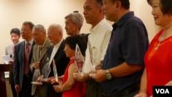 部分特刊作者领奖后合照(美国之音国符拍摄)