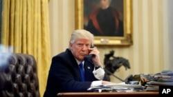 Presiden AS Donald Trump melakukan pembicaraan lewat telepon di Gedung Putih (foto: ilustrasi).
