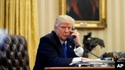 Presiden AS Donald Trump berbicara melalui telepon dengan PM Australia Malcolm Turnbull di Gedung Putih, 28 Januari lalu (foto: dok).
