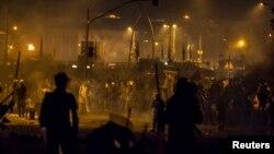 파키스탄 경찰과 반정부 시위대가 30일 국회의사당 인근에서 충돌하고 있다.