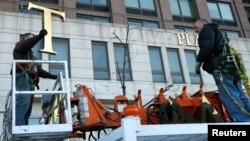 Los trabajadores removieron el nombre de Trump de un edificio en el Upper West Side de la ciudad de Nueva York.