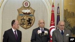 新的突尼斯总统迈巴扎(右)和总理加努希(中)在突尼斯市(资料照片)